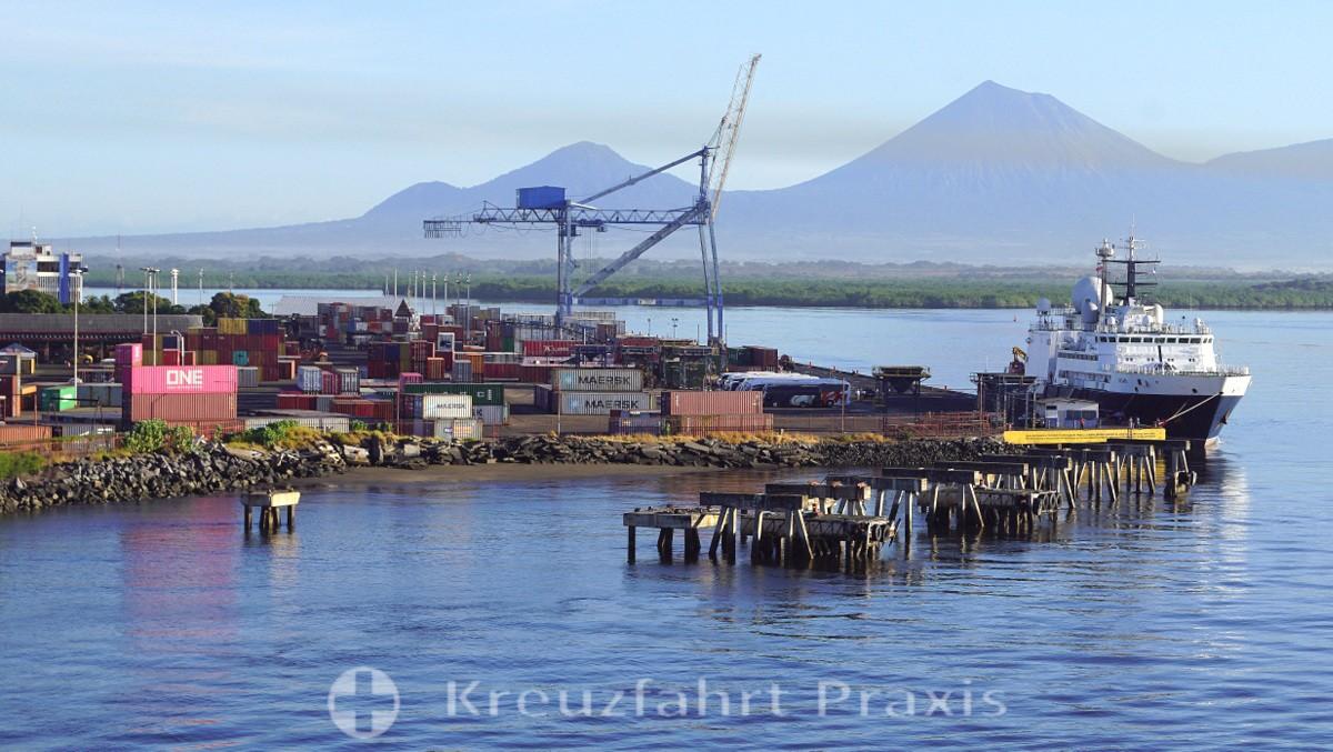 Puerto Corinto - der Hafen - dahinter der Vulkan San Cristóbal
