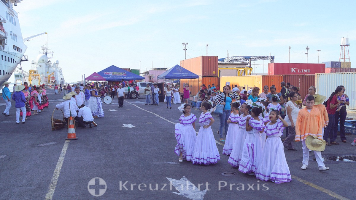 Puerto Corinto - Schulkinder empfangen ein Kreuzfahrtschiff