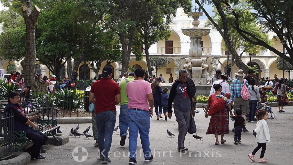 Antigua  - Touristen und Einheimische im Parque Central
