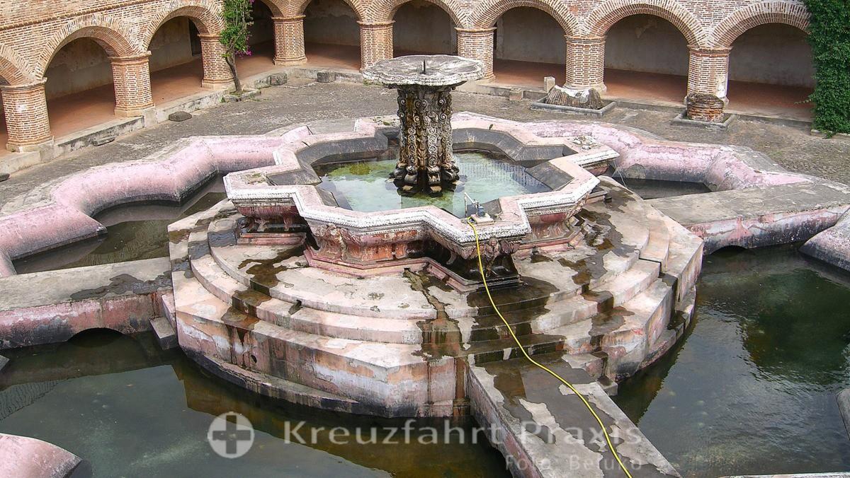 Antigua - Brunnenanlage im Kloster de La Merced