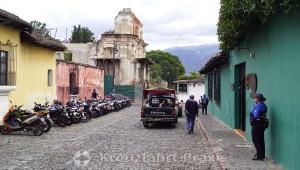 Antigua - Jade Maya - im Hintergrund die Ruine La Concepción