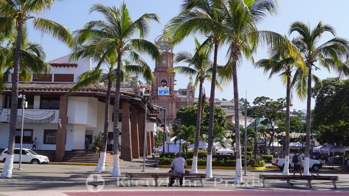 Plaza de Armas und Turm der Kirche Nuestra Señora de Guadalupe