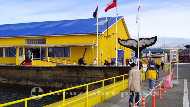 Pier, Terminalgebäude und Walfluke