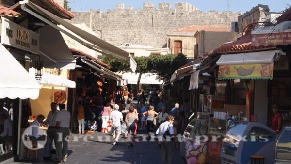 rhodos gasse in der altstadt voll mit touristen