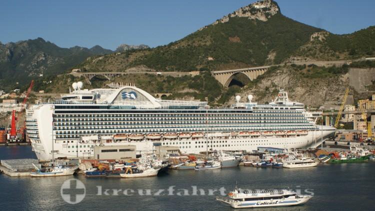 Salerno - Kreuzfahrtschiff Emerald Princess im Industriehafen