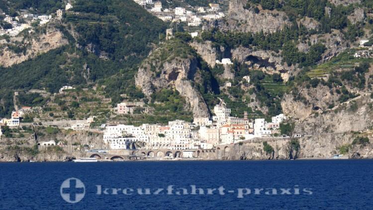 Salerno - Die Stadt Atrani vom Meer gesehen