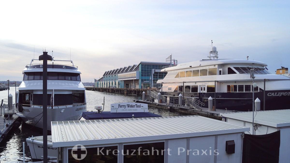 Die Coronado-Fähren neben dem Broadway Pier