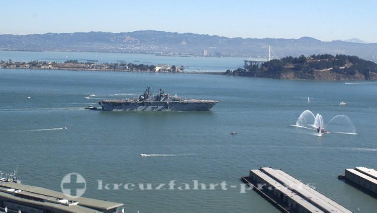 US-Navy-Schiff vor Treasure Island und Yerba Buena Island