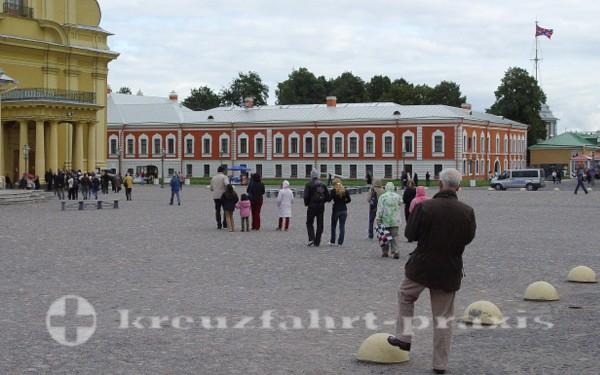 Festungshof mit der Naryschkin-Bastion im Hintergrund