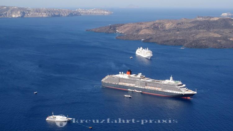 Kreuzfahrtschiffe vor Nea Kameni/Santorin