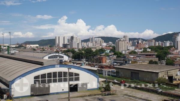 Santos - Liegeplatz des Kreuzfahrtschiffs inmitten von Lagerhallen