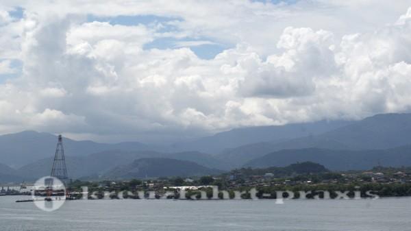 Santos - Im Hintergrund das Bergland der Serra do Mar