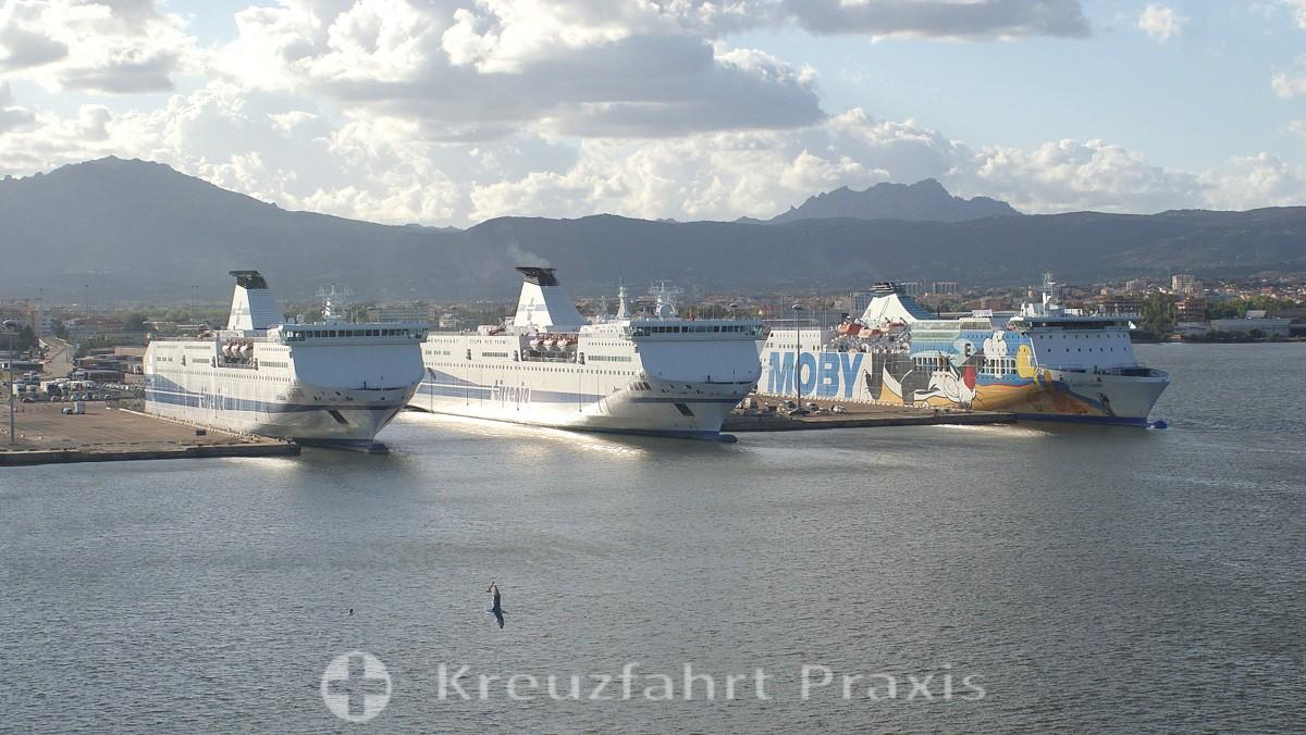 Fährschiffe im Hafen von Olbia