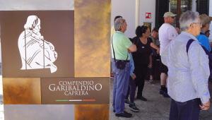 Vor dem Garibaldi-Museum auf Caprera