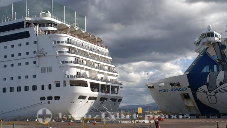 Kreuzfahrtschiff und Hochseefähre im Hafen von Olbia