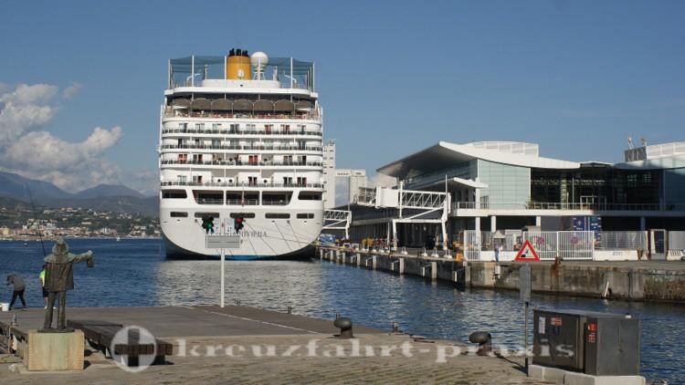 Savona - Terminal Palacrociere mit Kreuzfahrtschiff Costa neoRiviera