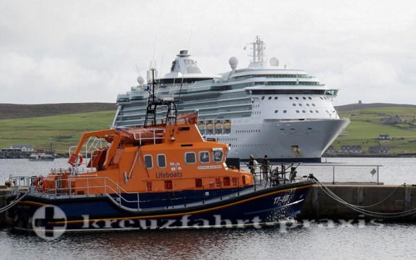 Kreuzfahrtschiff im Bressay Sund vor Lerwick