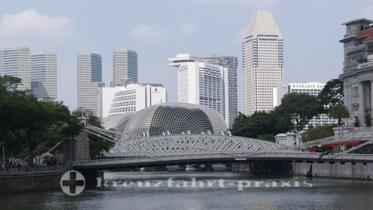 Cavenagh Bridge über dem Singapore River