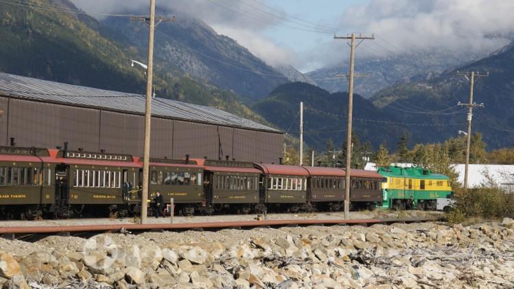 Zug der White Pass & Yukon Route Railway am Kreuzfahrthafen