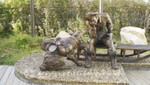 Monument eines Goldgräbers mit Hund