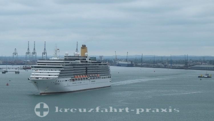 Southampton - Kreuzfahrtschiff Arcadia vor der Hafenkulisse