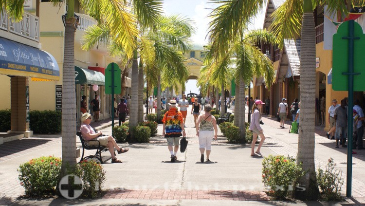 St. Kitts - Basseterre - Ladenzeile vor dem Hafeneingang