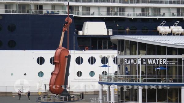 Sydney/Cape Breton - Die Riesenfiedel vor dem Joan Harris Cruise Pavilion