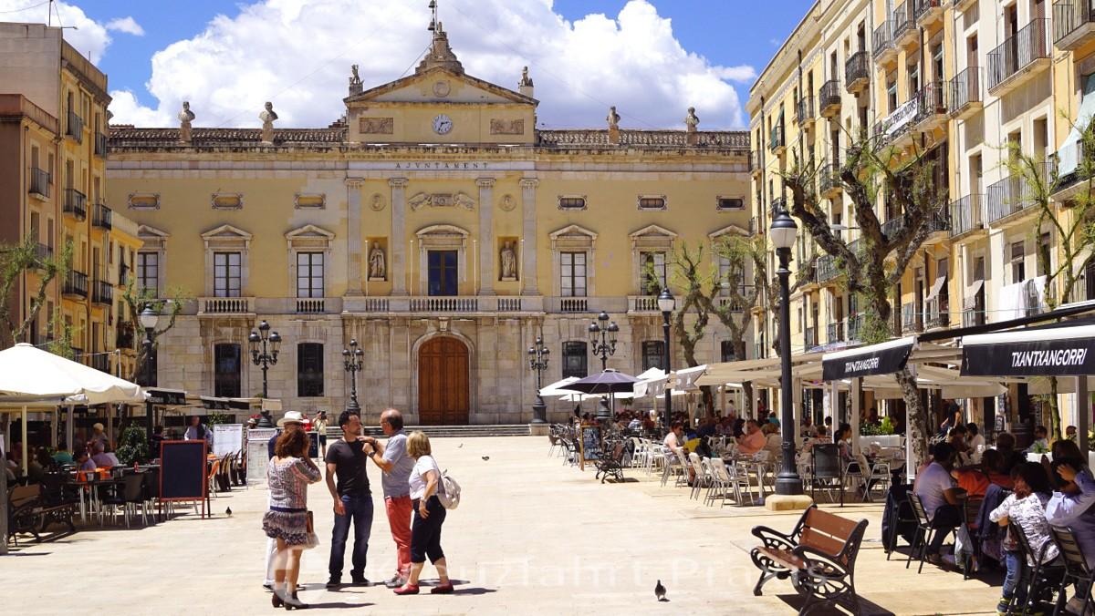 Placa De La Font mit dem Rathaus