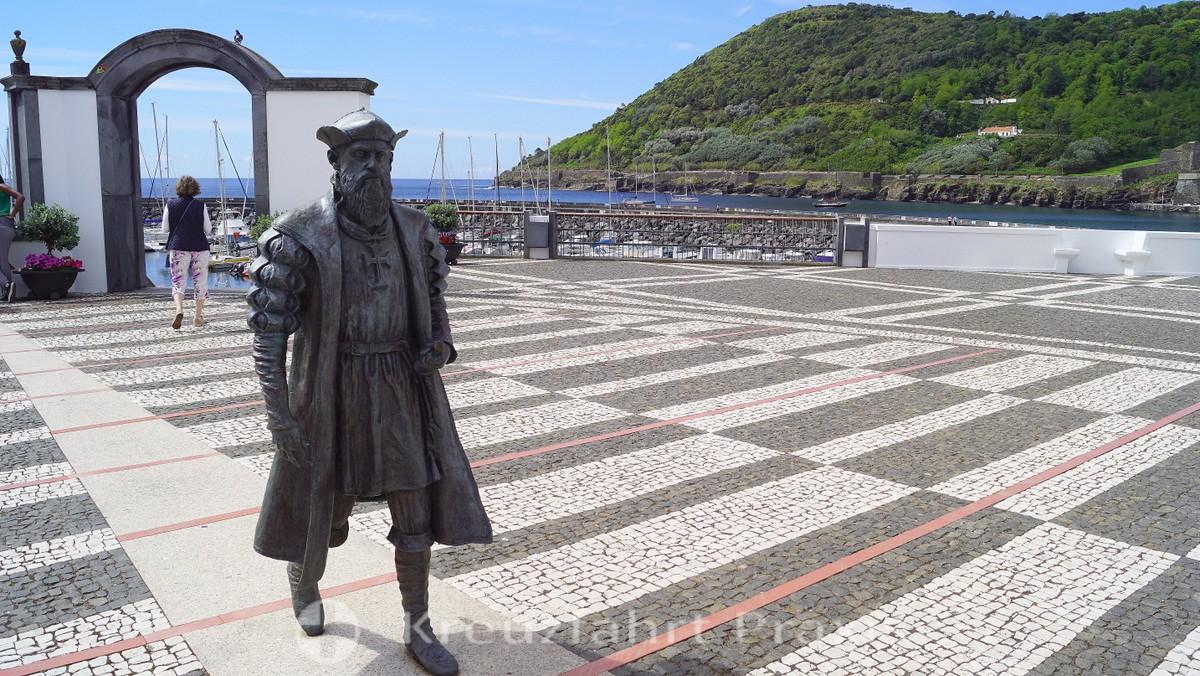 Portas da Cidade with the statue of Vasco da Gama
