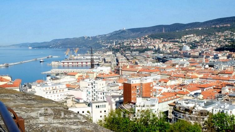 Triest - Panorama mit Hafenanlagen