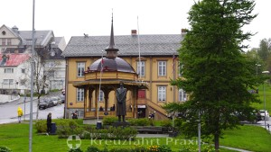 Tromsø's old town hall with pavilion and King Haakon statue