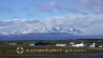 Flughafengelände - dahinter die Berge der Isla Navarino