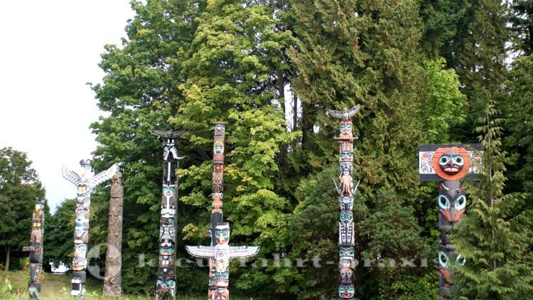 Originale Totempfähle im Stanley Park