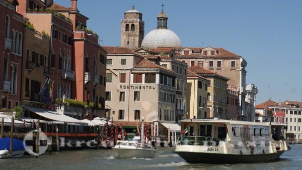 Vaporetto auf dem Canal Grande