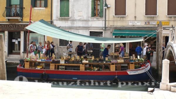 Obst und Gemüse frisch vom Boot
