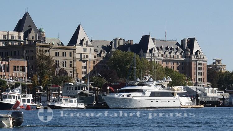 Boote vor dem Empress Hotel