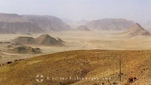 Wüsten- und Berglandschaft des Wadi Rum